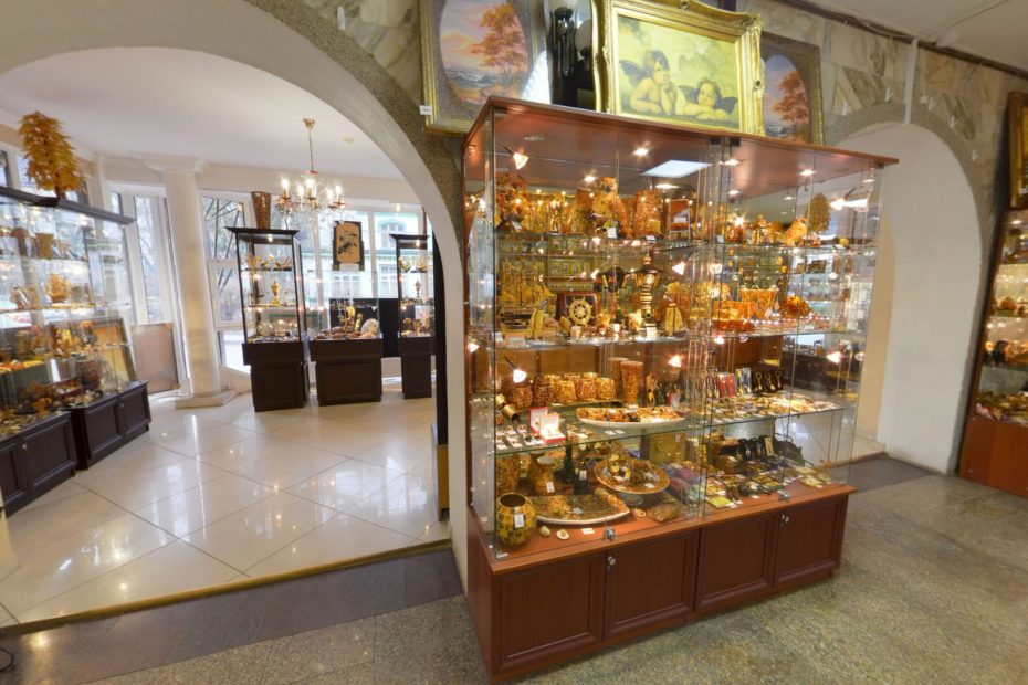 "Amber Shop in Svetlogorsk. LLC ""Russian Amber"" is a manufacturing enterprise with its own network of stores and wholesalers."
